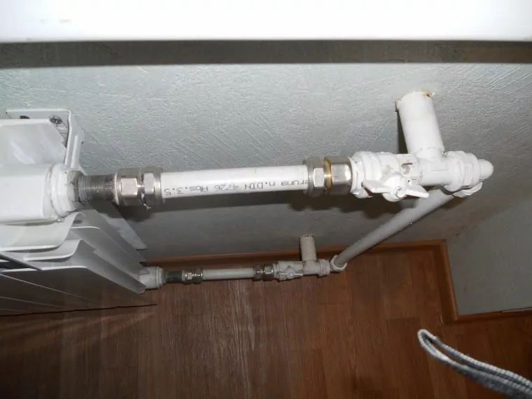 неаккуратно выполненный монтаж радиаторов 9