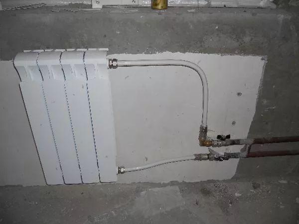 неаккуратно выполненный монтаж радиаторов 16