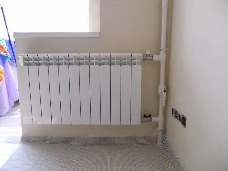 неаккуратно выполненный монтаж радиаторов 13